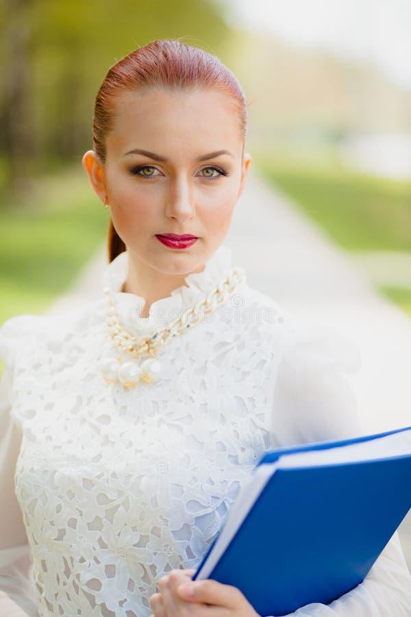 Mooi meisje met bureauomslag royalty-vrije stock fotografie