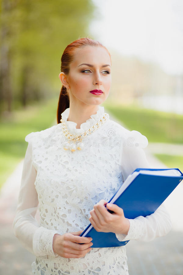 Mooi meisje met bureauomslag royalty-vrije stock afbeeldingen