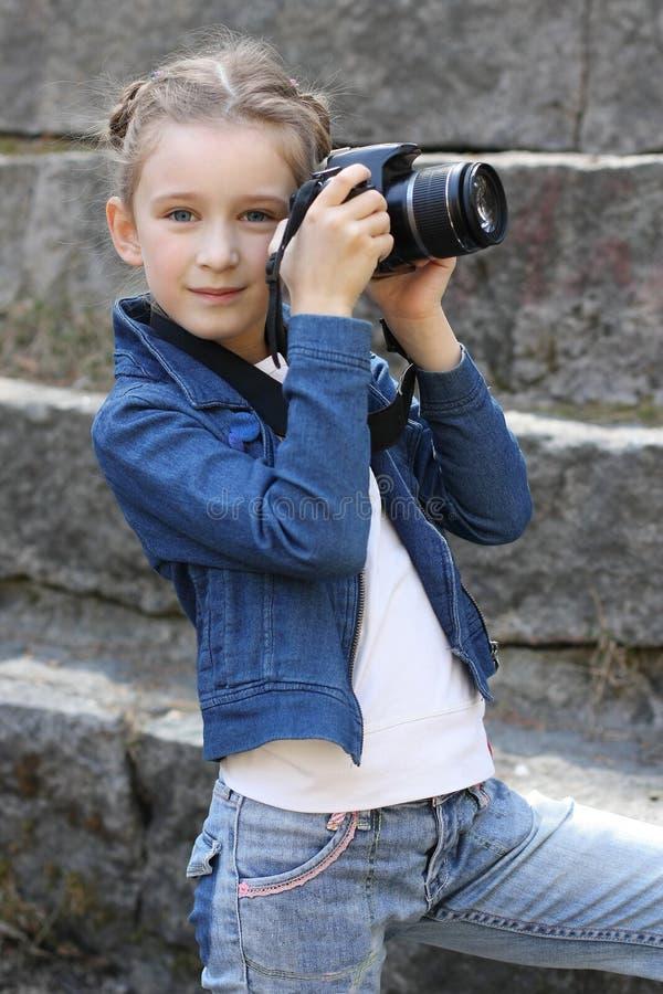 Mooi meisje met camera in park royalty-vrije stock afbeeldingen