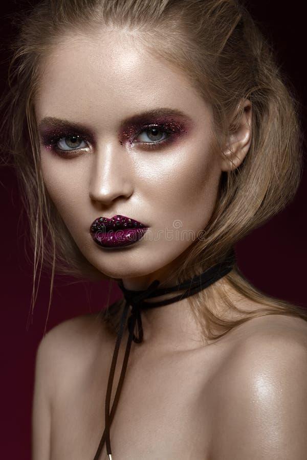 Mooi meisje met creatieve heldere make-up met bergkristallen Het Gezicht van de schoonheid stock fotografie