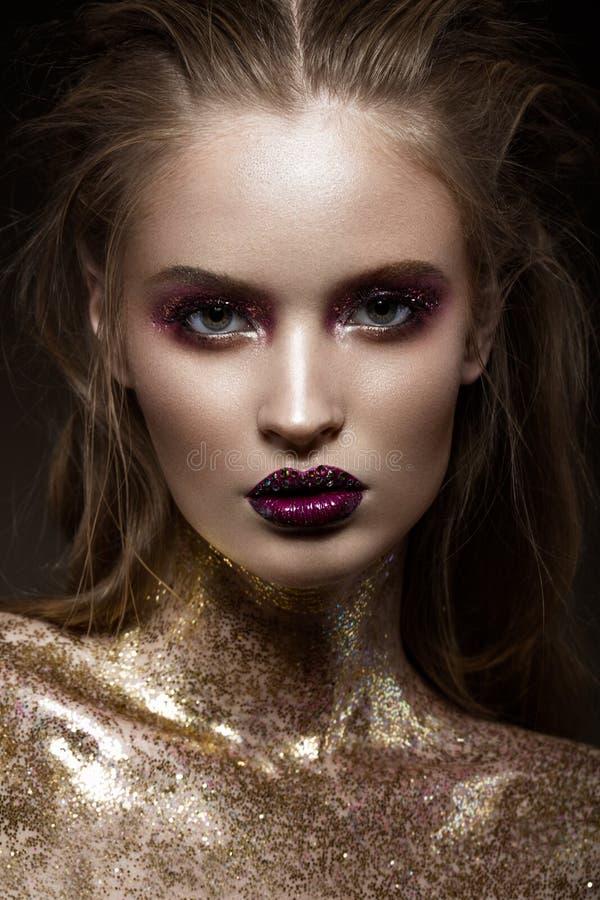 Mooi meisje met creatieve heldere make-up met bergkristallen Het Gezicht van de schoonheid royalty-vrije stock fotografie