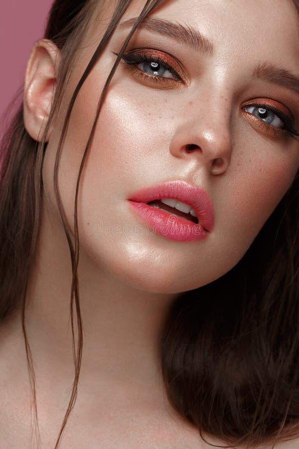 Mooi meisje met creatieve kleurrijke make-up Het Gezicht van de schoonheid stock afbeelding