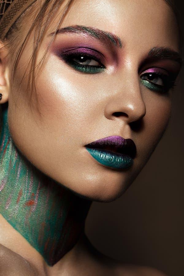 Mooi meisje met creatieve kleurrijke make-up Het Gezicht van de schoonheid royalty-vrije stock foto's