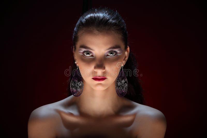 Mooi meisje met creatieve kleurrijke make-up op een donkere achtergrond royalty-vrije stock foto's