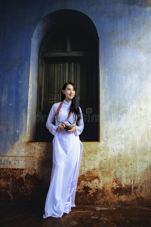 Mooi meisje met de cultuur traditionele kleding van Vietnam stock foto's