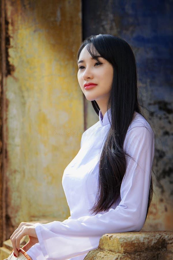 Mooi meisje met de cultuur traditionele kleding van Vietnam royalty-vrije stock foto's