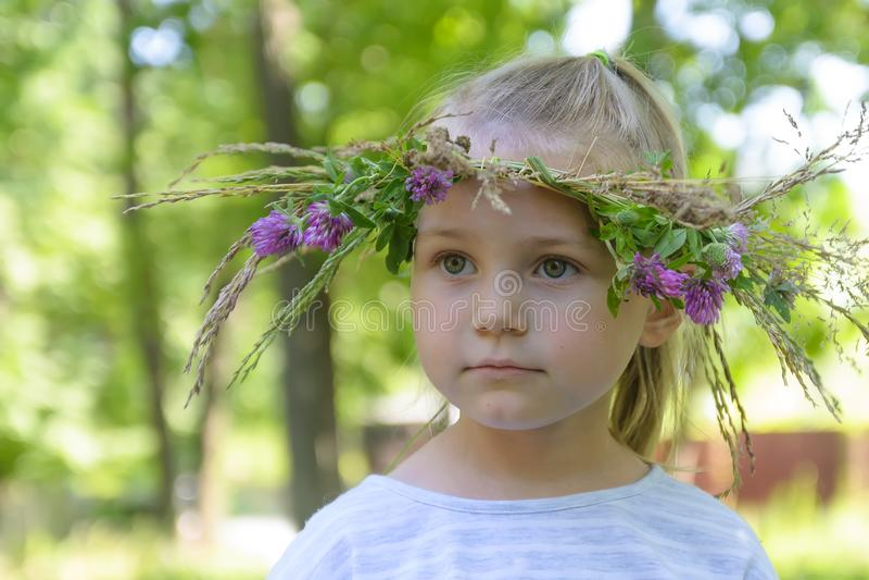 Mooi meisje met met de hand gemaakte kroon op haar hoofd Close-up stock afbeelding