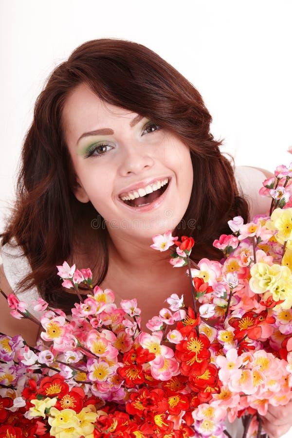 Mooi meisje met de lentebloem. stock foto's