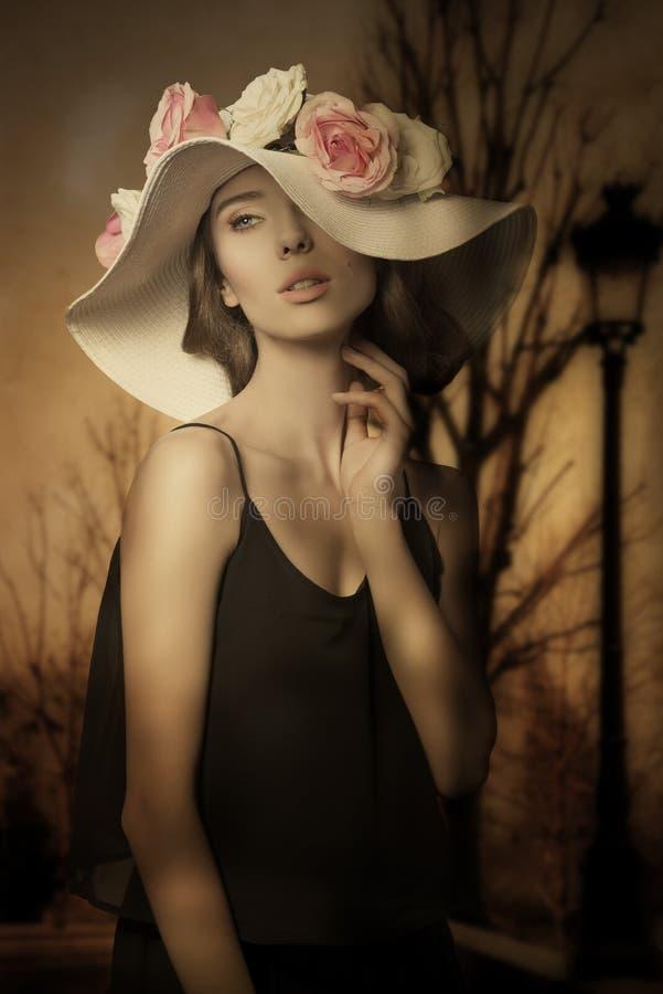 Mooi meisje met de lentehoed royalty-vrije stock afbeelding