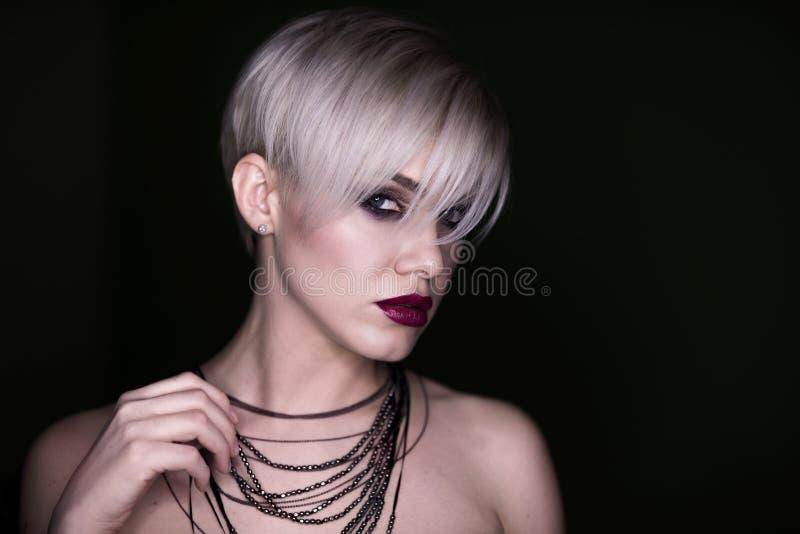 Mooi meisje met de make-up De vrouwenportret van de manier stock afbeelding