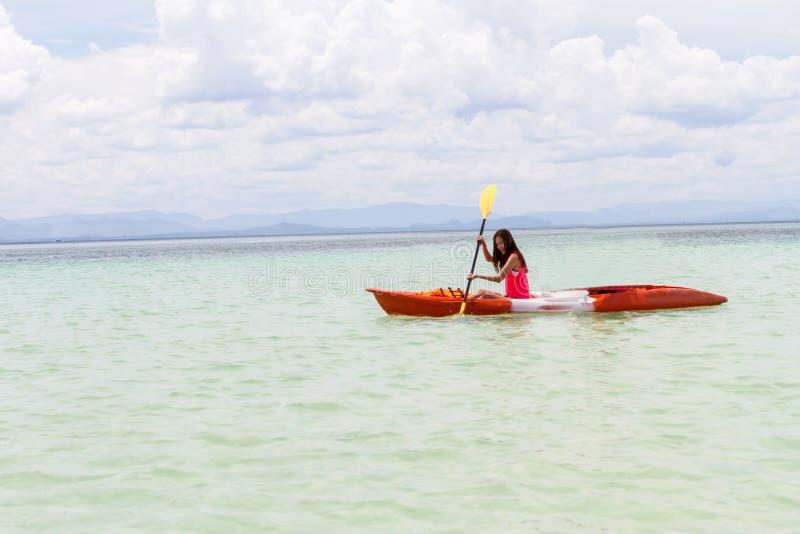 Mooi Meisje met de Reis en de Vakantie van de Kajakpeddel op Bea royalty-vrije stock afbeelding