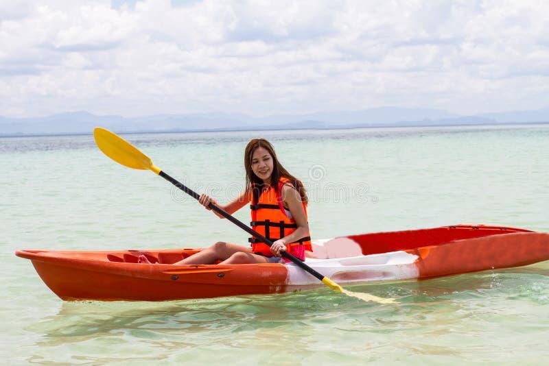 Mooi Meisje met de Reis en de Vakantie van de Kajakpeddel op Bea royalty-vrije stock afbeeldingen