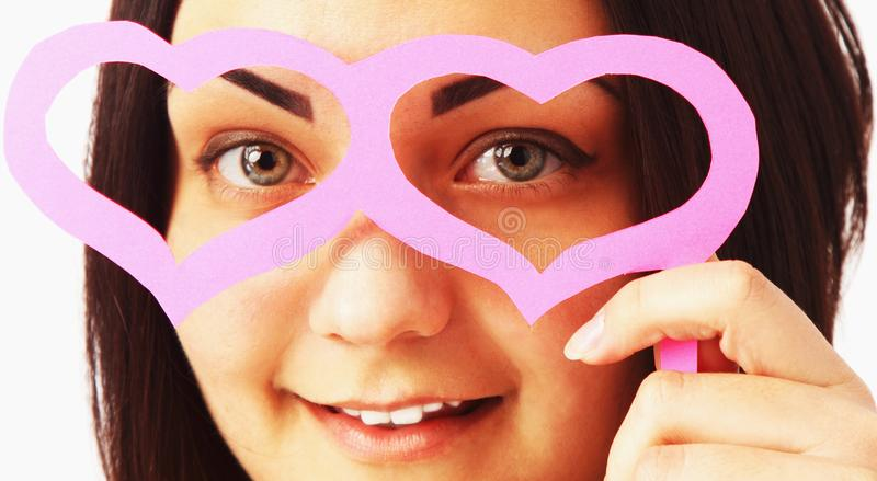 Mooi meisje met document glazen in de vorm van harten royalty-vrije stock foto's