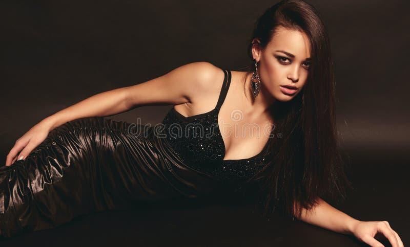 Mooi meisje met donker haar stock afbeeldingen