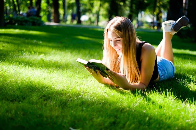 Mooi meisje met een boek stock afbeeldingen