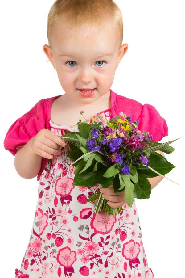 Mooi meisje met een bos van tuinbloemen stock fotografie