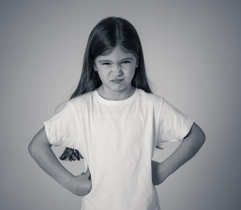 Mooi meisje met een boze gelaatsuitdrukking die gek de camera bekijken Kinderenemoties royalty-vrije stock foto