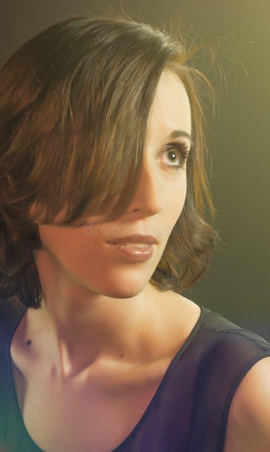 Mooi meisje met een geheimzinnige blik royalty-vrije stock afbeelding