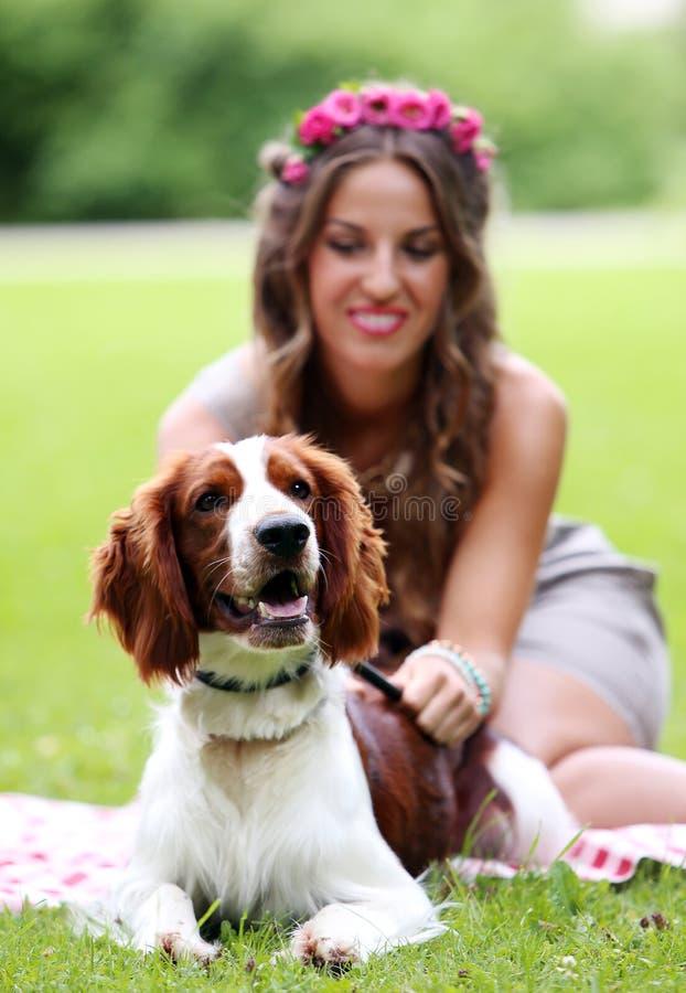 Mooi meisje met een hond stock foto's