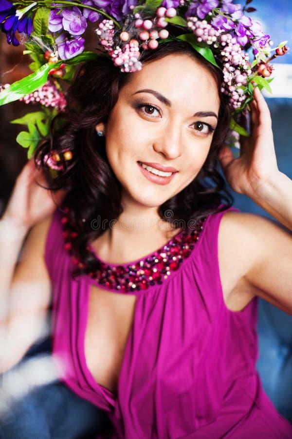 Mooi meisje met een kroon van de lente royalty-vrije stock foto