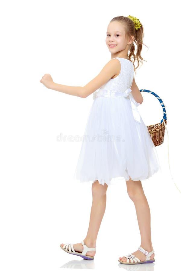 Mooi meisje met een mand in haar hand royalty-vrije stock fotografie