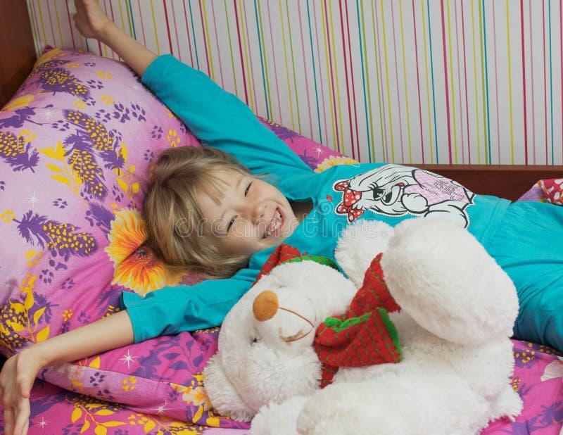 Mooi meisje met een stuk speelgoed ijsbeer royalty-vrije stock afbeelding