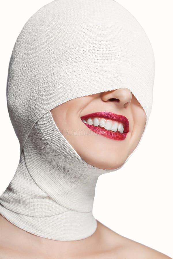 Mooi meisje met een verbonden gezicht Glimlach royalty-vrije stock afbeeldingen