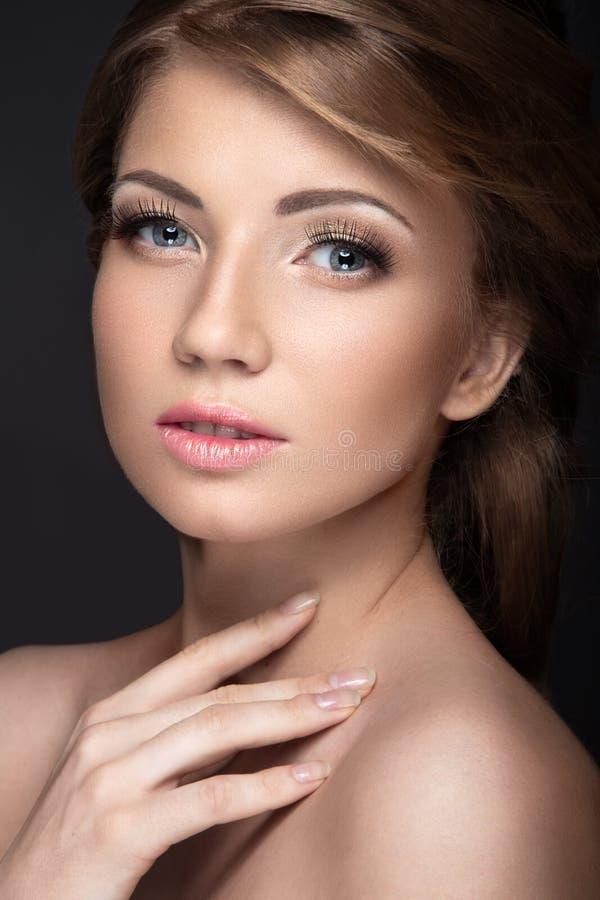 Mooi meisje met een zachte bruids make-up en lange wimpers Het Gezicht van de schoonheid stock afbeelding
