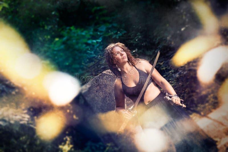 Mooi meisje met een zwaard stock fotografie