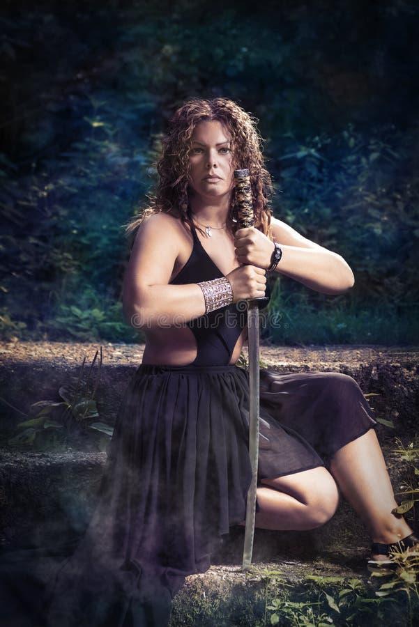 Mooi meisje met een zwaard stock foto