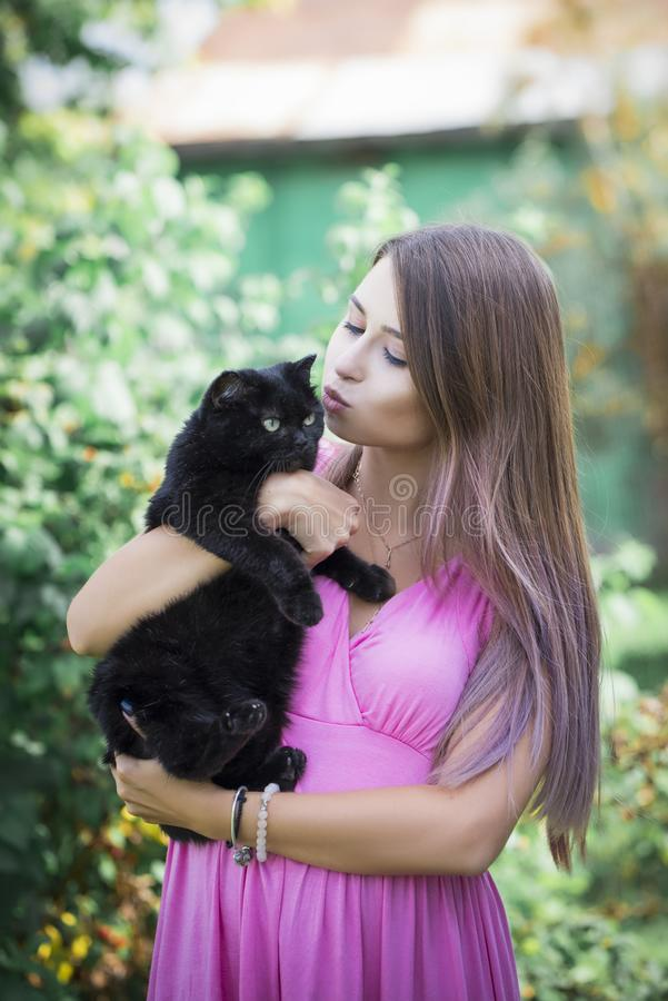 Mooi meisje met een zwarte kat royalty-vrije stock foto's