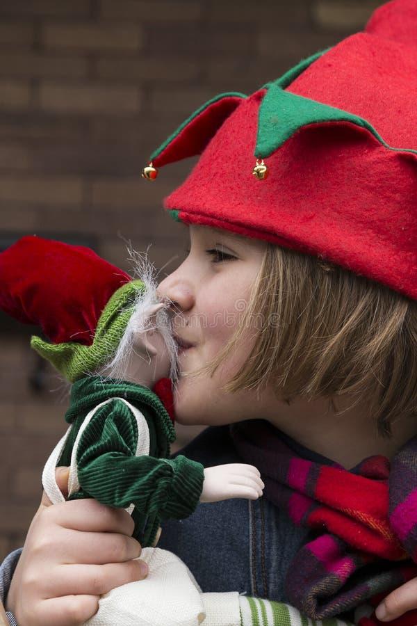 Mooi meisje met elfhoed het kussen elfstuk speelgoed stock afbeeldingen