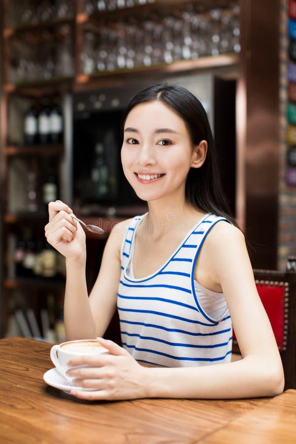 Mooi meisje met espresso royalty-vrije stock afbeeldingen