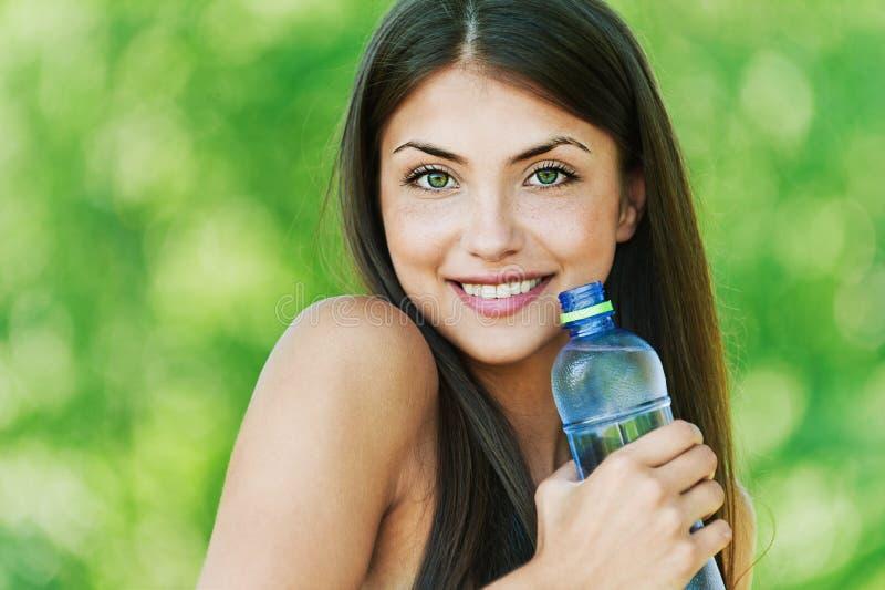 Mooi meisje met fles water royalty-vrije stock afbeelding