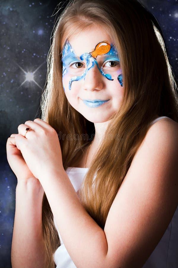 Mooi meisje met gezicht het schilderen op zwarte achtergrond royalty-vrije stock foto