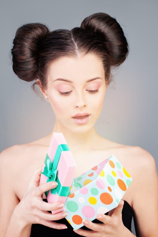 Mooi meisje met giftdoos Verrast Model stock afbeeldingen