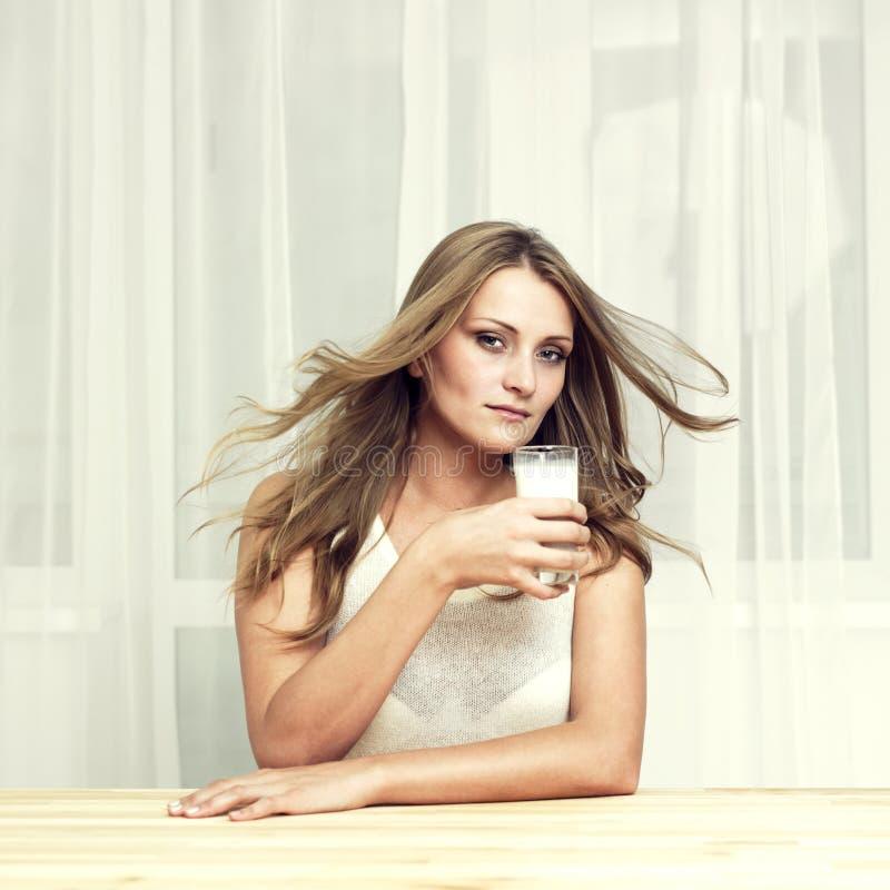 Mooi meisje met glas melk royalty-vrije stock afbeeldingen