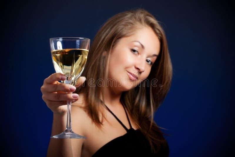 Mooi meisje met glas wijn stock afbeelding