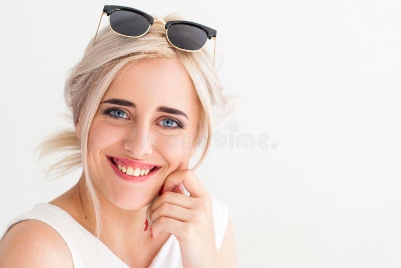 Mooi meisje met griezelig glimlachclose-up stock fotografie