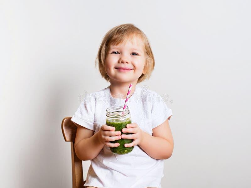 Mooi meisje met groene smoothiekruik stock afbeelding