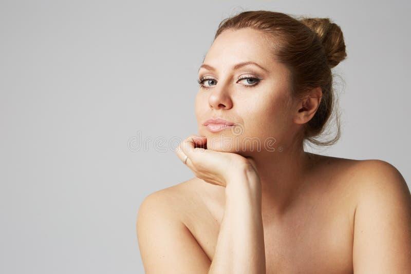 Mooi meisje met grote ogen en donkere wenkbrauwen, met naakte schouders, die camera bekijken Model met lichte naakte samenstellin stock afbeelding