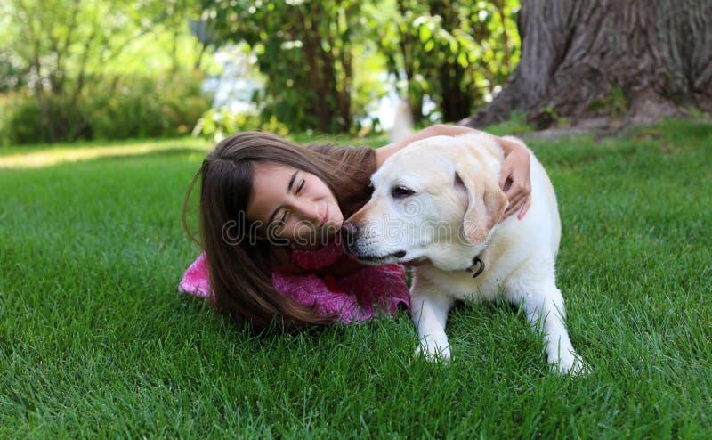 Mooi meisje met haar beste hondvriend bij park tijdens de zomer in Michigan stock afbeeldingen