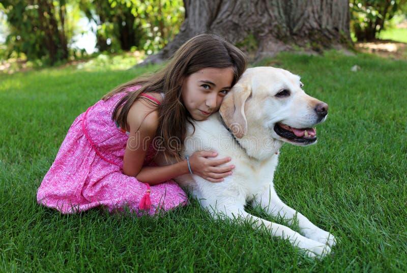 Mooi meisje met haar beste hondvriend bij park tijdens de zomer in Michigan stock foto