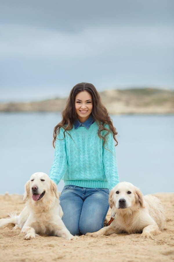 Download Mooi Meisje Met Haar Hond Dichtbij Overzees Stock Afbeelding - Afbeelding bestaande uit actief, retriever: 39118579