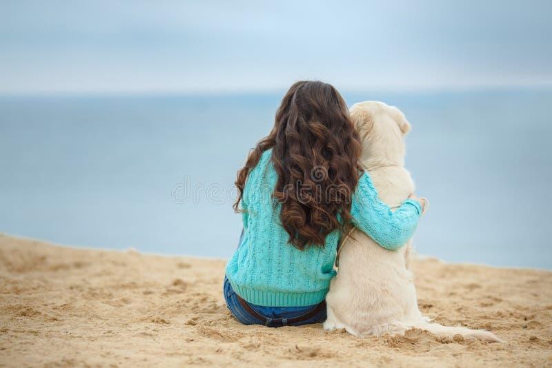 Download Mooi Meisje Met Haar Hond Dichtbij Overzees Stock Foto - Afbeelding bestaande uit hond, weide: 39118598
