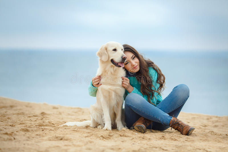 Download Mooi Meisje Met Haar Hond Dichtbij Overzees Stock Foto - Afbeelding bestaande uit gelukkig, leuk: 39118600