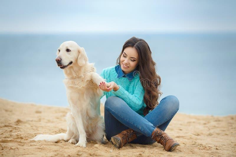 Download Mooi Meisje Met Haar Hond Dichtbij Overzees Stock Foto - Afbeelding bestaande uit verhouding, omhelzing: 39118604