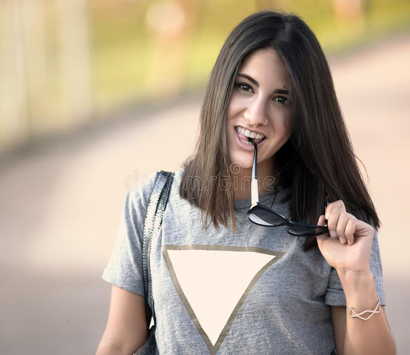 Mooi meisje met haar zonnebril in haar hand stock afbeeldingen