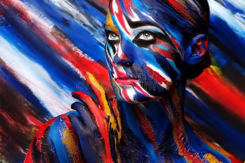 Mooi meisje met heldere gekleurde make-up stock afbeeldingen