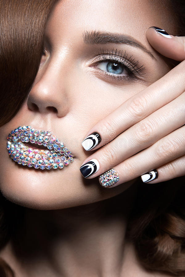 Mooi meisje met heldere spijkers en lippen van kristallen, lange wimpers en krullen Het Gezicht van de schoonheid stock foto's